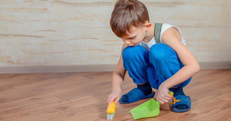 7 maneiras de ensinar seu filho a ajudar na limpeza