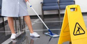 limpar o piso faz parte do cronograma de limpeza em condomínio